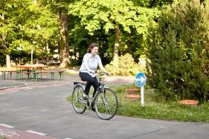fahrrad fahren lernen Schülerin